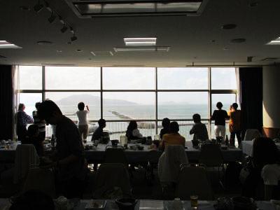 レストランの窓から見える航空機